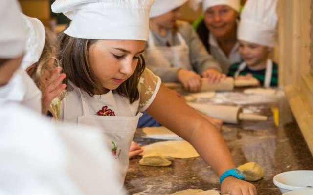 Kinder backen im Alpin Family Resort Seetal