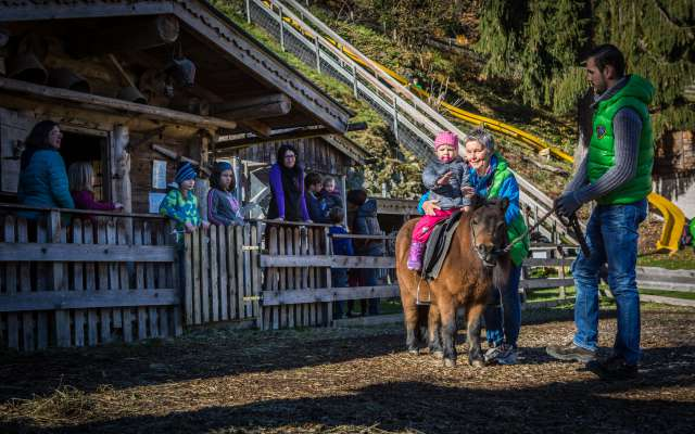 Ponyreiten im Alpin Family Resort Seetal