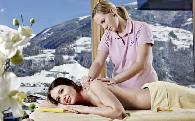 Massageanwendung im Alpin Family Resort Seetal